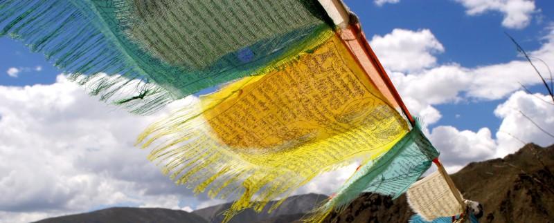 tibet banderas everest - Tíbet: misticismo y aventura a las puertas del cielo
