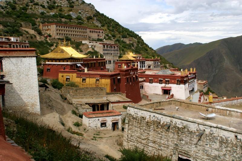 tibet templo montañas - Tíbet: misticismo y aventura a las puertas del cielo