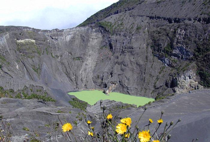 volcan irazu 1 - Costa Rica, la cuna de los tesoros naturales