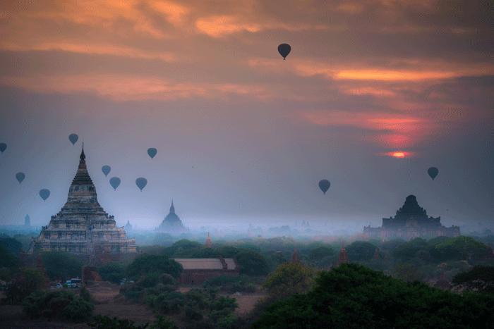 Hot air balloon over plain of Bagan - 5 destinos espectaculares para hacer la pregunta del millón este San Valentín