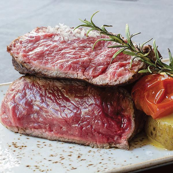 Lomo bajo de vaca madurado en seco con su patata asado mojo rojo y pimientos del padrón - Montes de Galicia, alta gastronomía atlántica