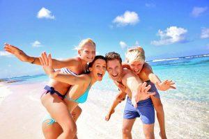 familia playa 300x200 - ¿Con quién te gusta viajar?