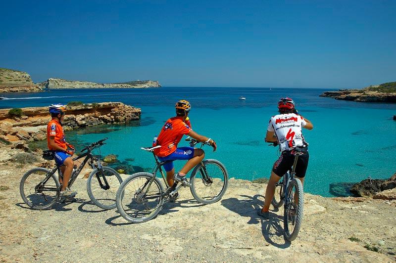 MAMMOUT404 Islas Baleares fiestas - Primavera de color, aire libre y tradición popular en las Islas Baleares