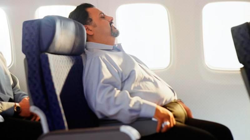 Pasajero obeso avión - Más de la mitad de los españoles cree que las personas con sobrepeso deberían ocupar otros asientos en los aviones