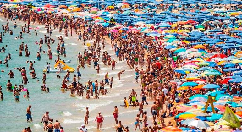 turismo masivo playa benidorm - ¿Masificación? En España no sobran turistas, pero sí falta ordenación en el turismo