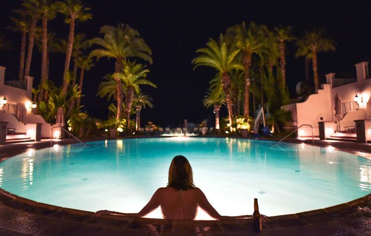 Bañarse piscina cerrada 1 - 1 de cada 3 españoles se bebe las botellas de alcohol del minibar y luego las rellena