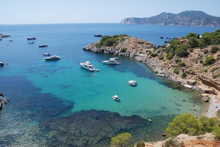 Vista de una cala con barcos Ibiza - Posidonia oceánica, un tesoro en aguas ibicencas
