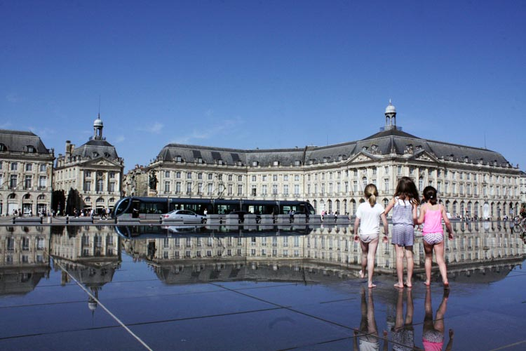 Burdeos Place de la Bourse 3. Francia. Open Comunicacion - Una escapada perfecta, del pasado en Burdeos al porvenir en Futuroscope