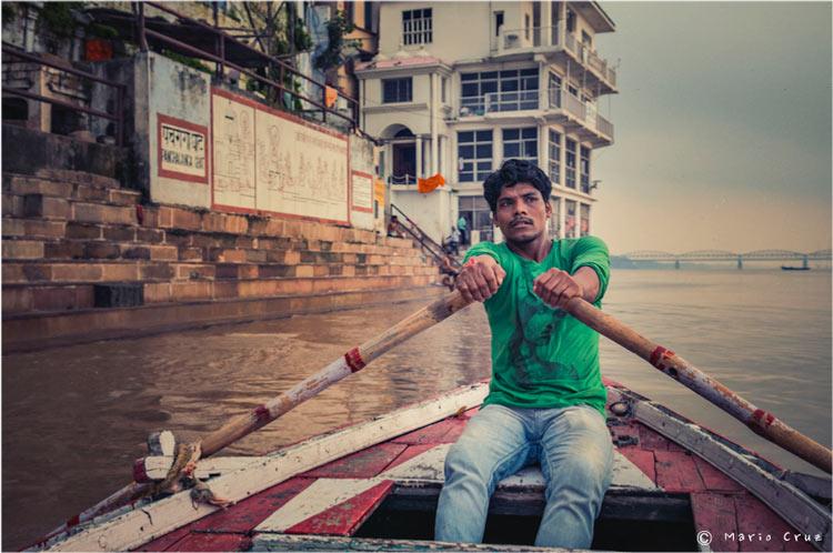 MCC India Bodhgaya Barquero navegando por el río Ganges India un viaje de leyenda © Moisés Alonso Manuel Cruz - India, un viaje de leyenda