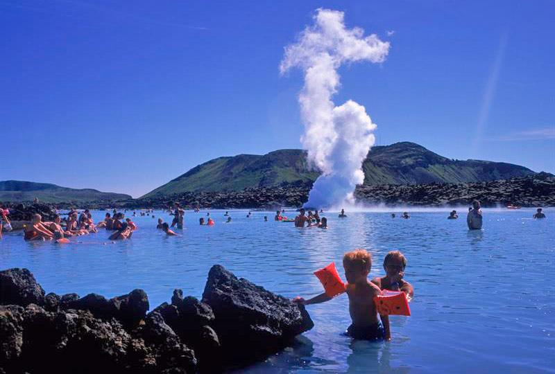 Islandia niños en el Blue Lagoon - Islandia, wellness y gastronomía en FITUR 2019