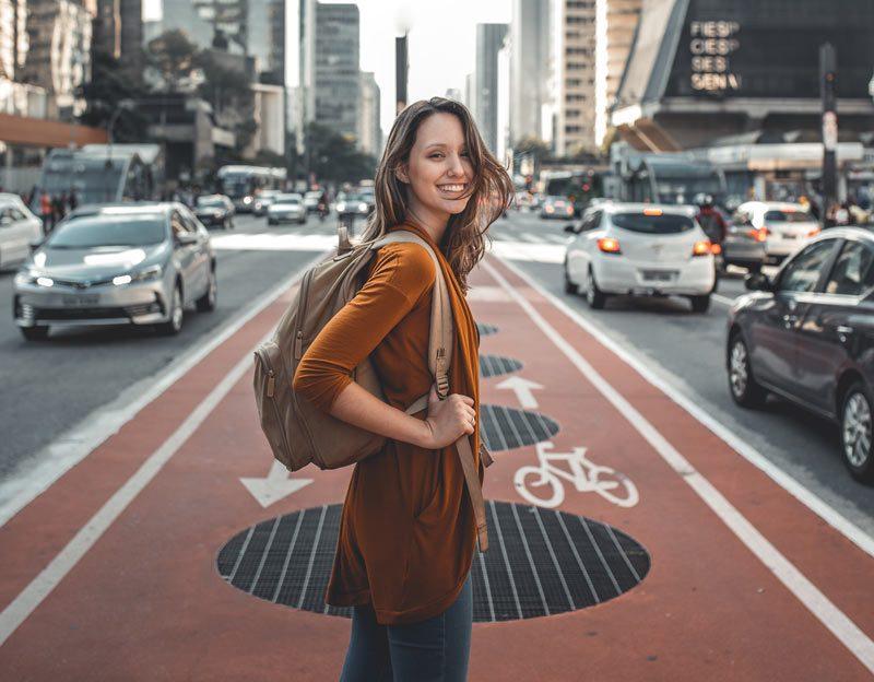 Mujer chica joven turista ciudad calle coches ViajerosPiratas e1594048712568 - 9/10 jóvenes afirman que viajarán este verano pese a la Covid-19
