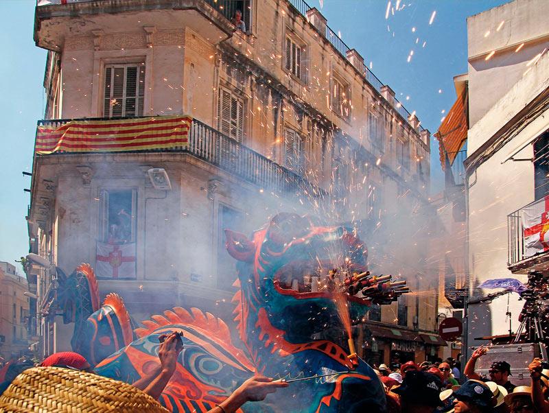 Sitges. 04 Fiesta mayor drac min 1 - Diez tentaciones para una escapada en Sitges