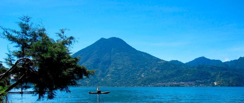 Atitlan Guatemala lago pescador canoa barca volcan montaña ©josephhill - Los enclaves naturales más impresionantes de Centroamérica