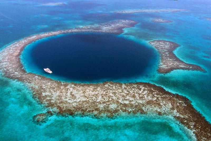 Blue Hole Belice mar barco yate caribe © Seann McAuliffe - Los enclaves naturales más impresionantes de Centroamérica