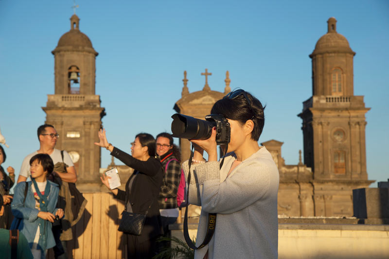 Las Palmas de Gran Canaria International Bach Festival turista iglesia fotografía cámara - International Bach Festival: excelencia musical en la capital grancanaria
