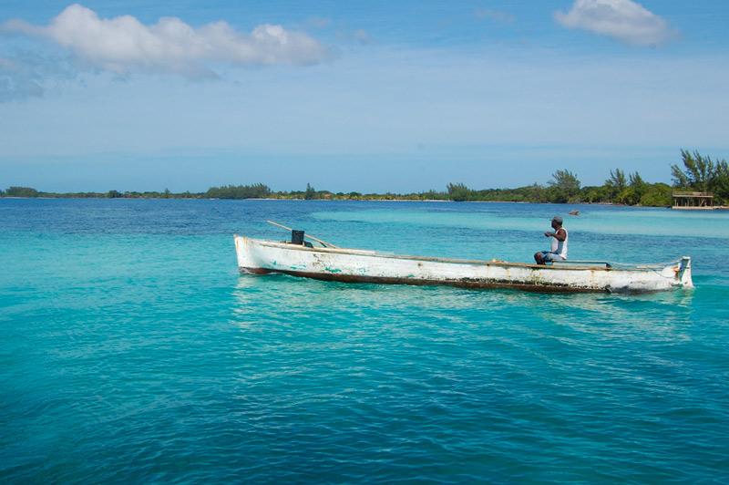 Utila Honduras Mar nadar pescador canoa © Wagner T. Cassimiro Aranha - Los enclaves naturales más impresionantes de Centroamérica