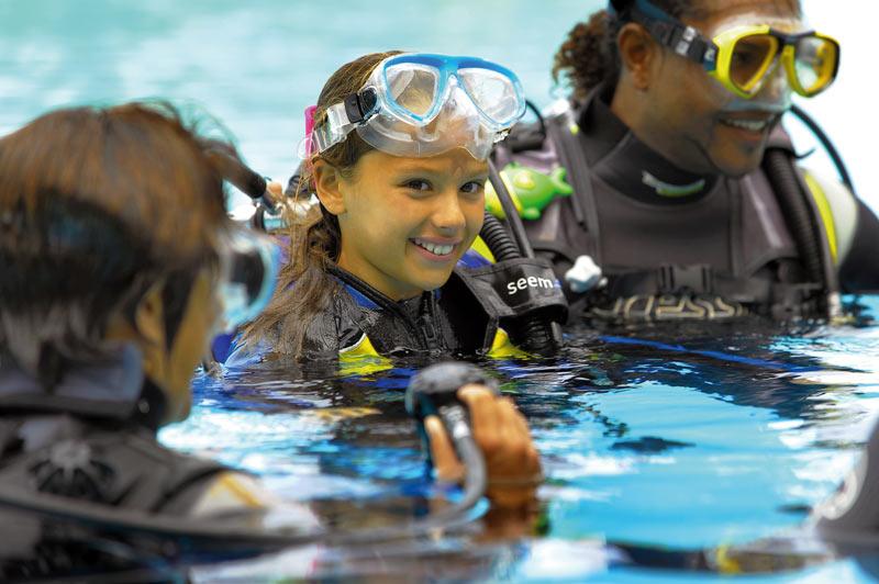 Victoria Beachcomber Resort Spa buceo Mauricio niño submarinismo - Mauricio, el paraíso para los amantes de los deportes acuáticos