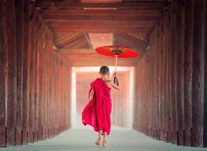 sagrans niño monje tibet budismo paraguas túnel 300x220 - Revista Más Viajes