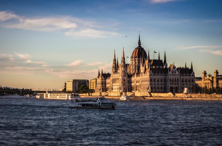 Budapest Hungria © Pexels - Cinco destinos para decir adiós a la soltería de una forma original