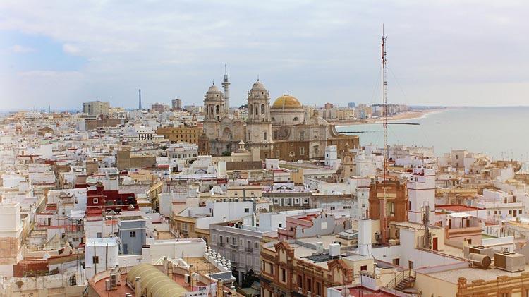 Cadiz España © Pixabay - Cinco destinos para decir adiós a la soltería de una forma original