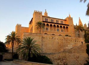 Palma de Mallorca Palacio Real de la Almudaina crédito Wikimedia Commons 300x220 - Revista Más Viajes