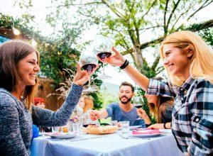 Engordar Verano mesa comida amigos 300x220 - Revista Más Viajes