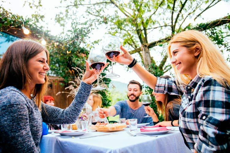 Engordar Verano mesa comida amigos - Un 61% de los españoles engordan durante el verano