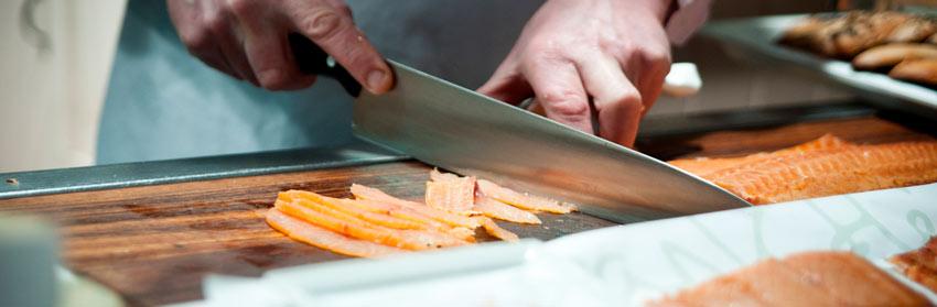 Restaurante cocinero salmon tabla cuchillo Irlanda - Descubre la gastronomía de Irlanda