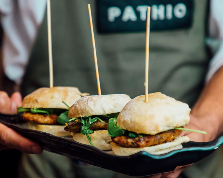 Tonkatsu de presa de buey Pathio restaurante platos - Abre Pathio, el gastrobar de cocina mediterránea con guiños internacionales
