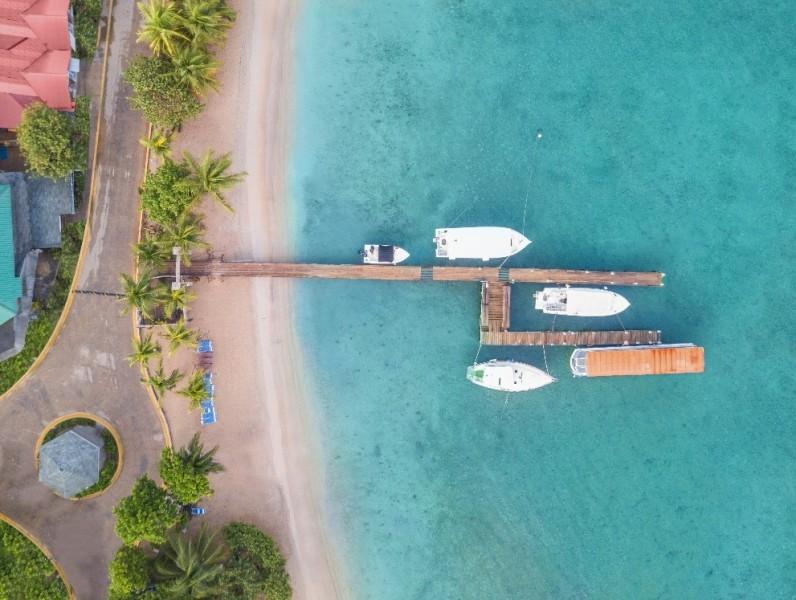 Honduras playa mar azul marina botes - Conozca los proyectos hoteleros más atractivos de Centroamérica