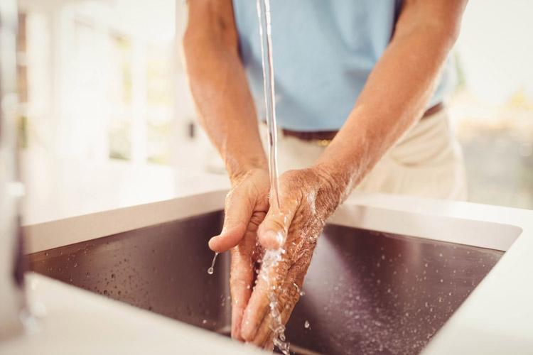 lavar manos fregadero agua - Cómo reforzar el sistema inmunitario ante resfriados y gripes
