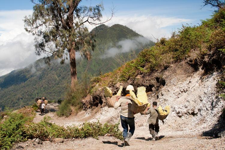 Bajando al infierno minas de sulfuro en el volcán Kawah Ijen en Java © Rafael Bastante 1 - 'Bajando al Infierno',  Las minas de sulfuro en el volcán Kawah Ijen