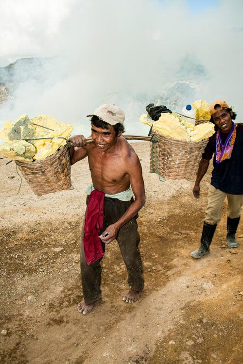 Bajando al infierno minas de sulfuro en el volcán Kawah Ijen en Java © Rafael Bastante 12 - 'Bajando al Infierno',  Las minas de sulfuro en el volcán Kawah Ijen
