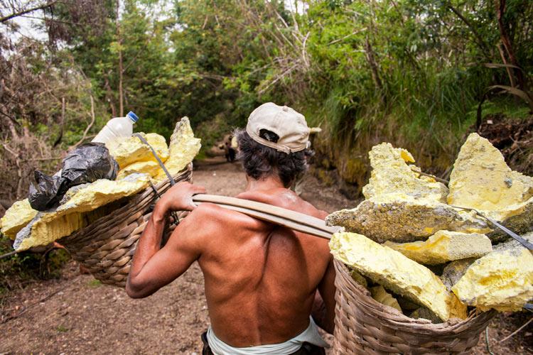 Bajando al infierno minas de sulfuro en el volcán Kawah Ijen en Java © Rafael Bastante 13 - 'Bajando al Infierno',  Las minas de sulfuro en el volcán Kawah Ijen