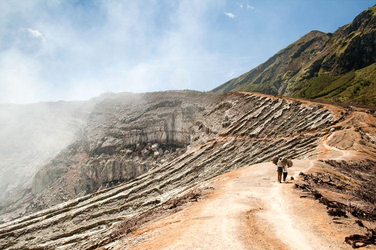 Bajando al infierno minas de sulfuro en el volcán Kawah Ijen en Java © Rafael Bastante 2 - 'Bajando al Infierno',  Las minas de sulfuro en el volcán Kawah Ijen