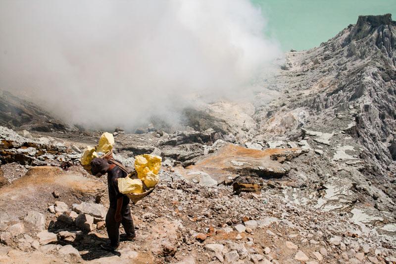 Bajando al infierno minas de sulfuro en el volcán Kawah Ijen en Java © Rafael Bastante 5 - 'Bajando al Infierno',  Las minas de sulfuro en el volcán Kawah Ijen