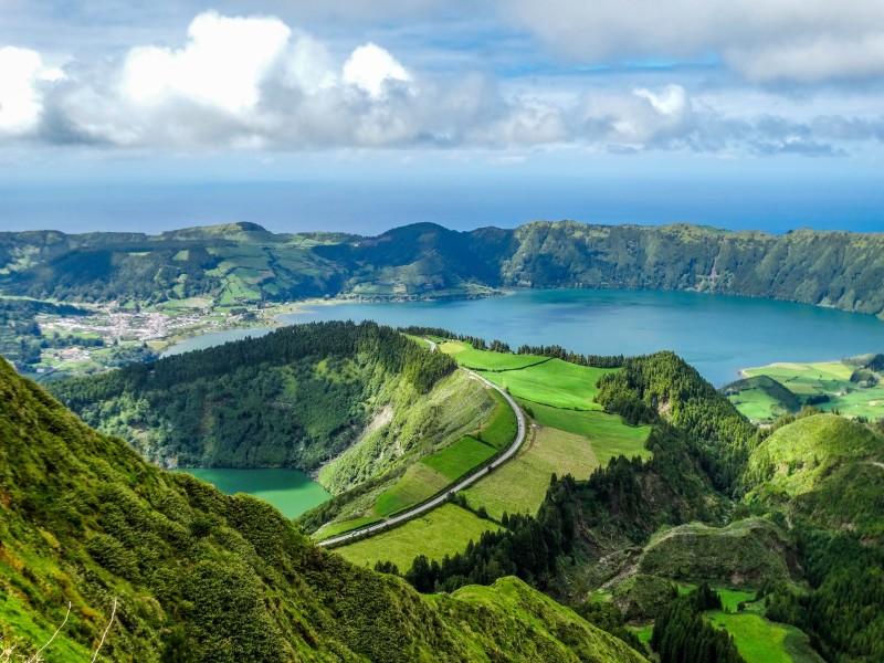 azores paisje panoramica verde - Ideas originales y atractivas para dar la bienvenida a 2020 lejos de casa