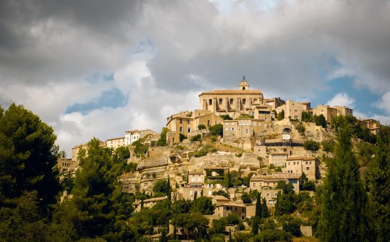 Francia castillo lUBERON gordes - 15 razones para visitar Francia en los próximos meses
