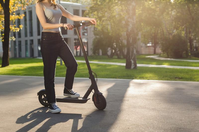 Patinetes eléctricos mujer parque ejercicio - Patinetes eléctricos: el transporte de moda en 2020