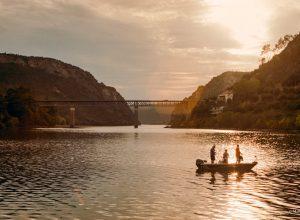 Pescadores del río Tajo en Cais Vila Velha De Rodao Castelo Branco Portugal Portra 400 © Marcos Cifo 300x220 - Revista Más Viajes