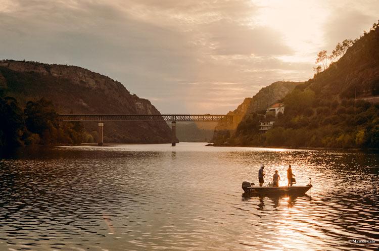 """Pescadores del río Tajo en Cais Vila Velha De Rodao Castelo Branco Portugal Portra 400 © Marcos Cifo - Fotos de: """"Castelo Branco, una ventana al pasado"""""""