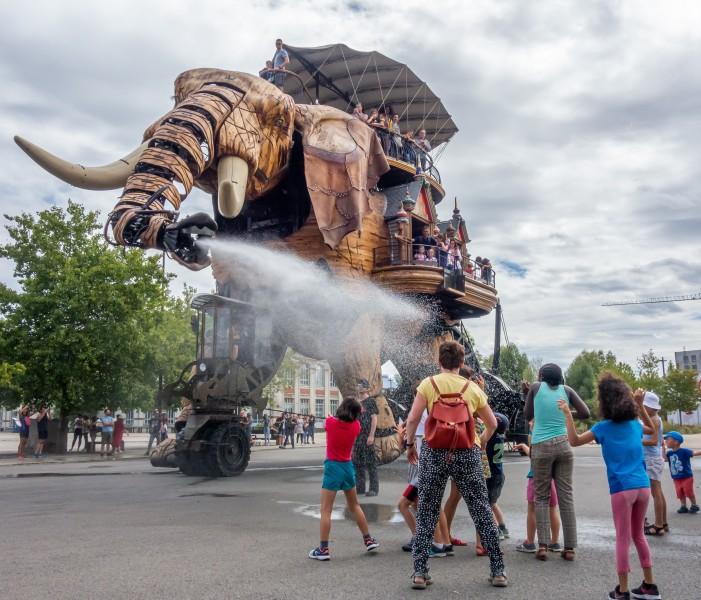 francia nantes elefante personas - 15 razones para visitar Francia en los próximos meses