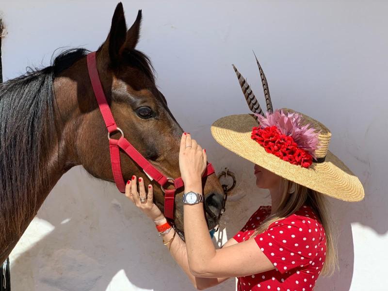 mujer sombrero caballo - 16 Grandes citas para una escapada a Menorca en 2020