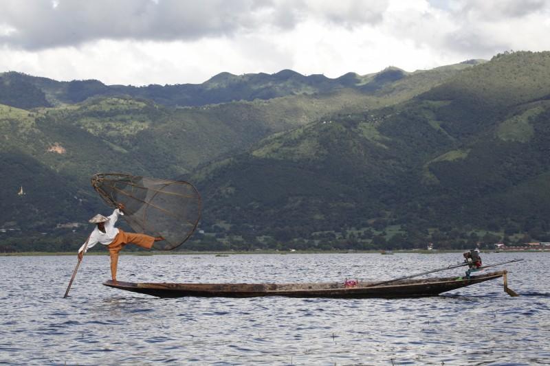 myanmar hombres lago pesca canoa - Myanmar; el tesoro étnico