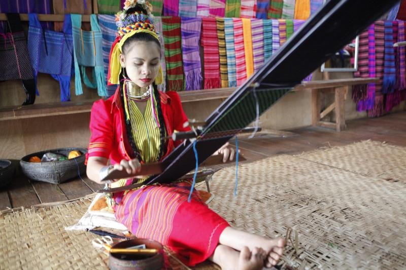 myanmar tejidos chica tejiendo tradiciones - Myanmar; el tesoro étnico