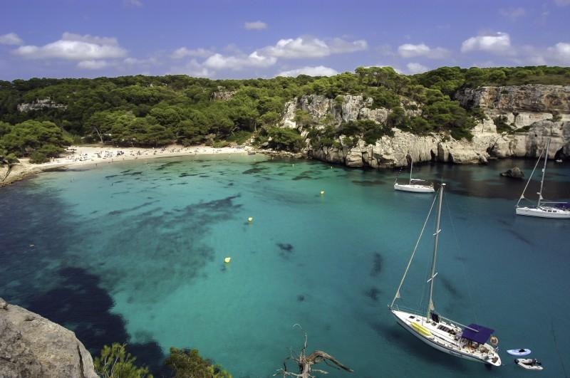 caleta barco menorca Playa Macarella - Menorca, luz, calma y naturaleza