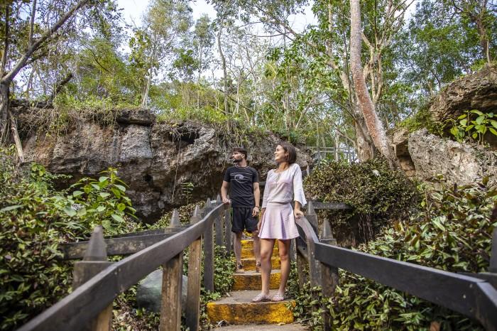 escalera pareja entrada cueva de saturno - Varadero,  una playa con múltiples encantos