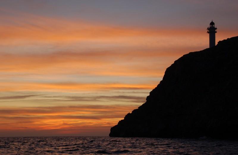 faro de barbaria ocaso mar formentera - El despertar de la primavera, en Formentera