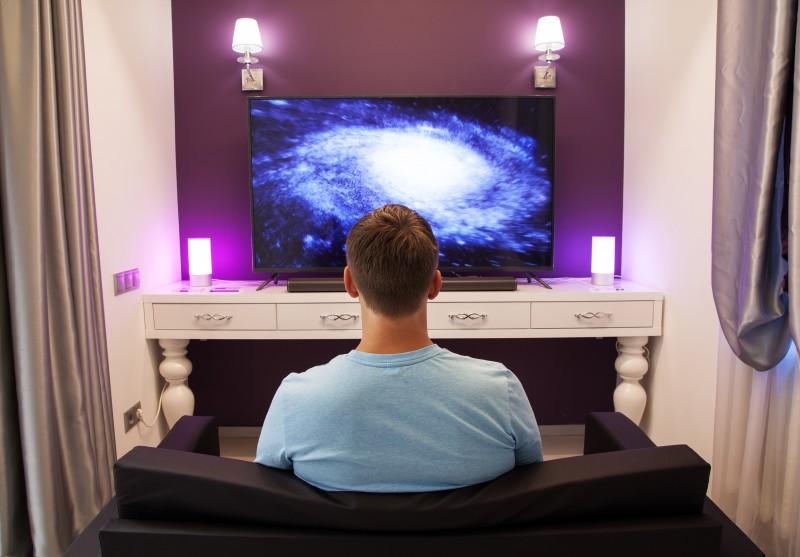 hombre tv sofa galaxia © Slava Rutkovski - El tamaño no importa: los televisores más grandes no son necesariamente mejores
