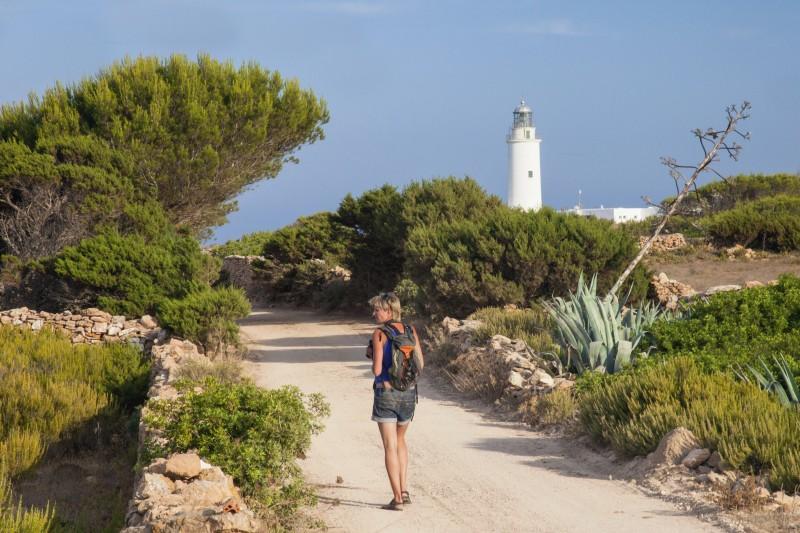 mujer faro rutas verdes formentera - El despertar de la primavera, en Formentera